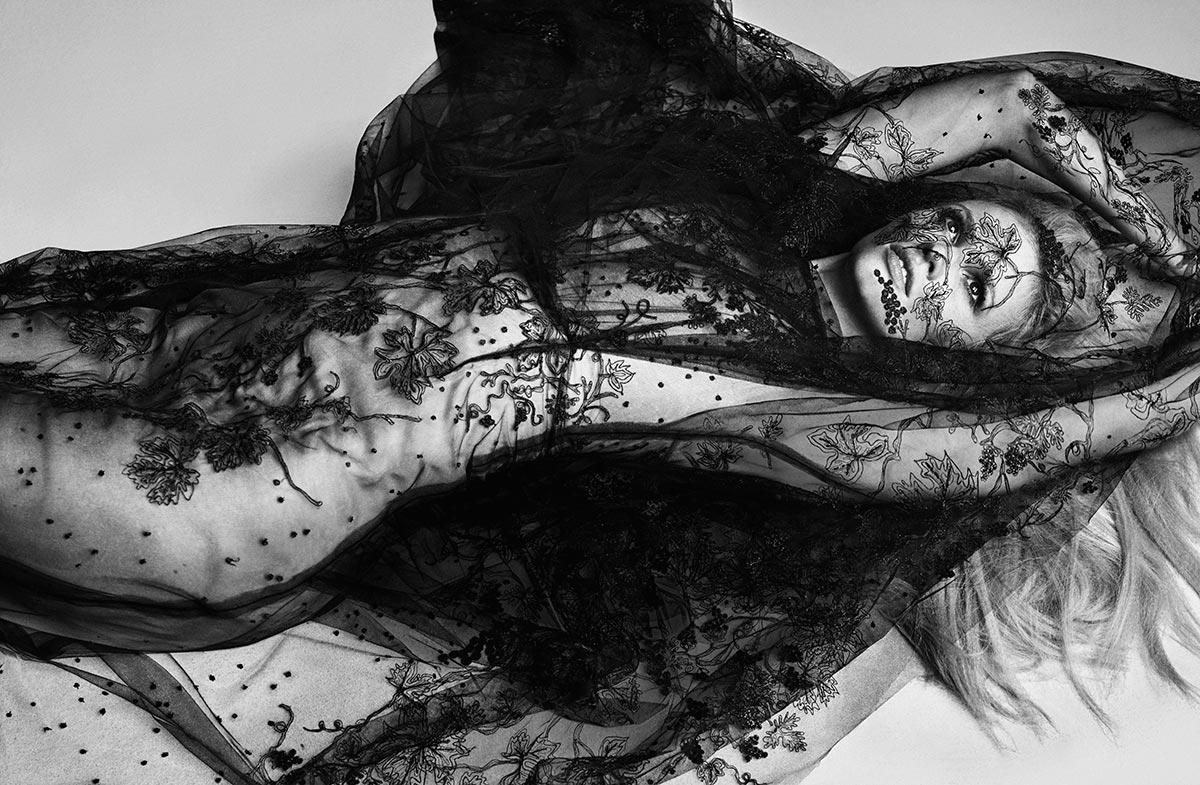 Lara Stone topless photos (5)