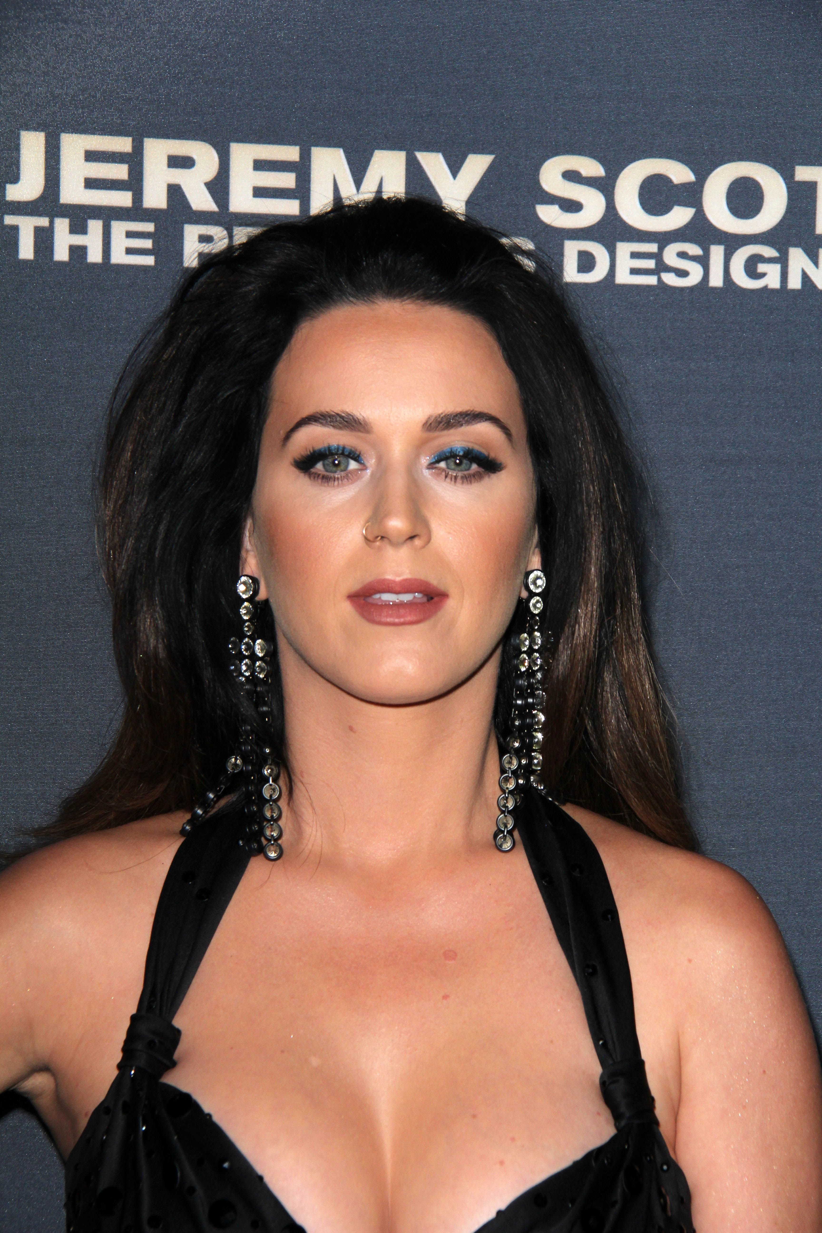 Katy-Perry-Cleavage-95