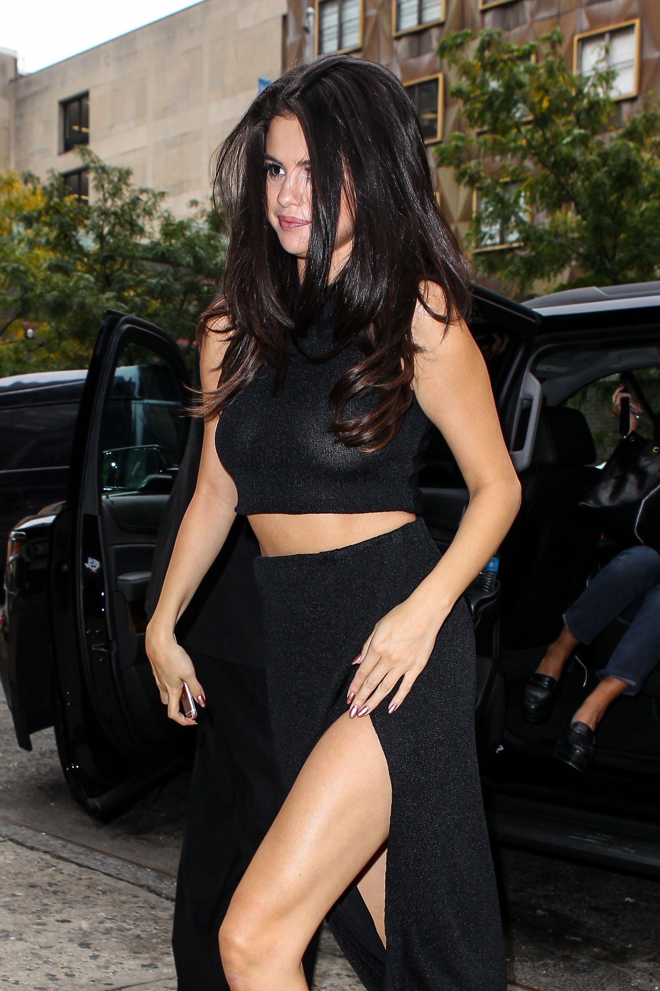 Selena-Gomez-Braless-21