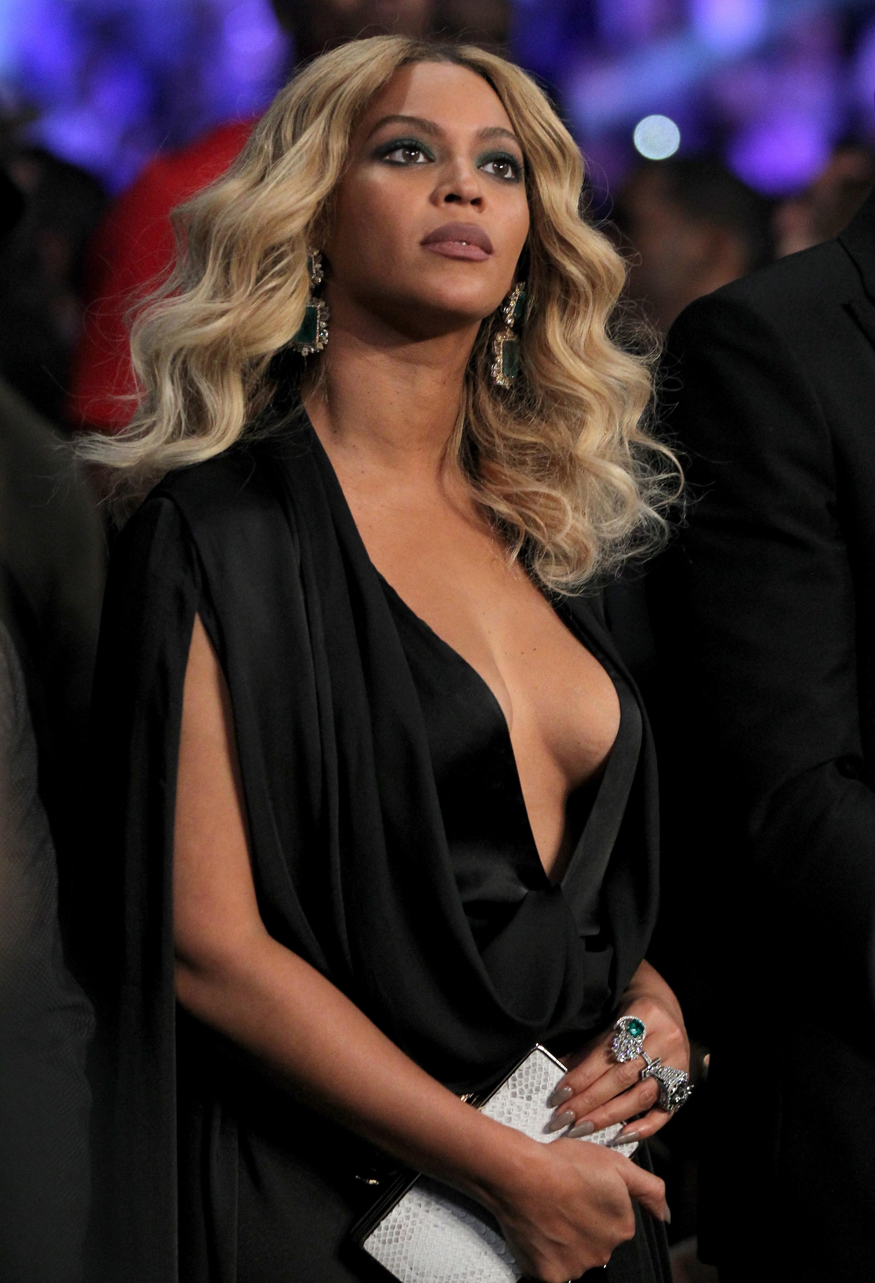 Beyonce Braless pics (5)
