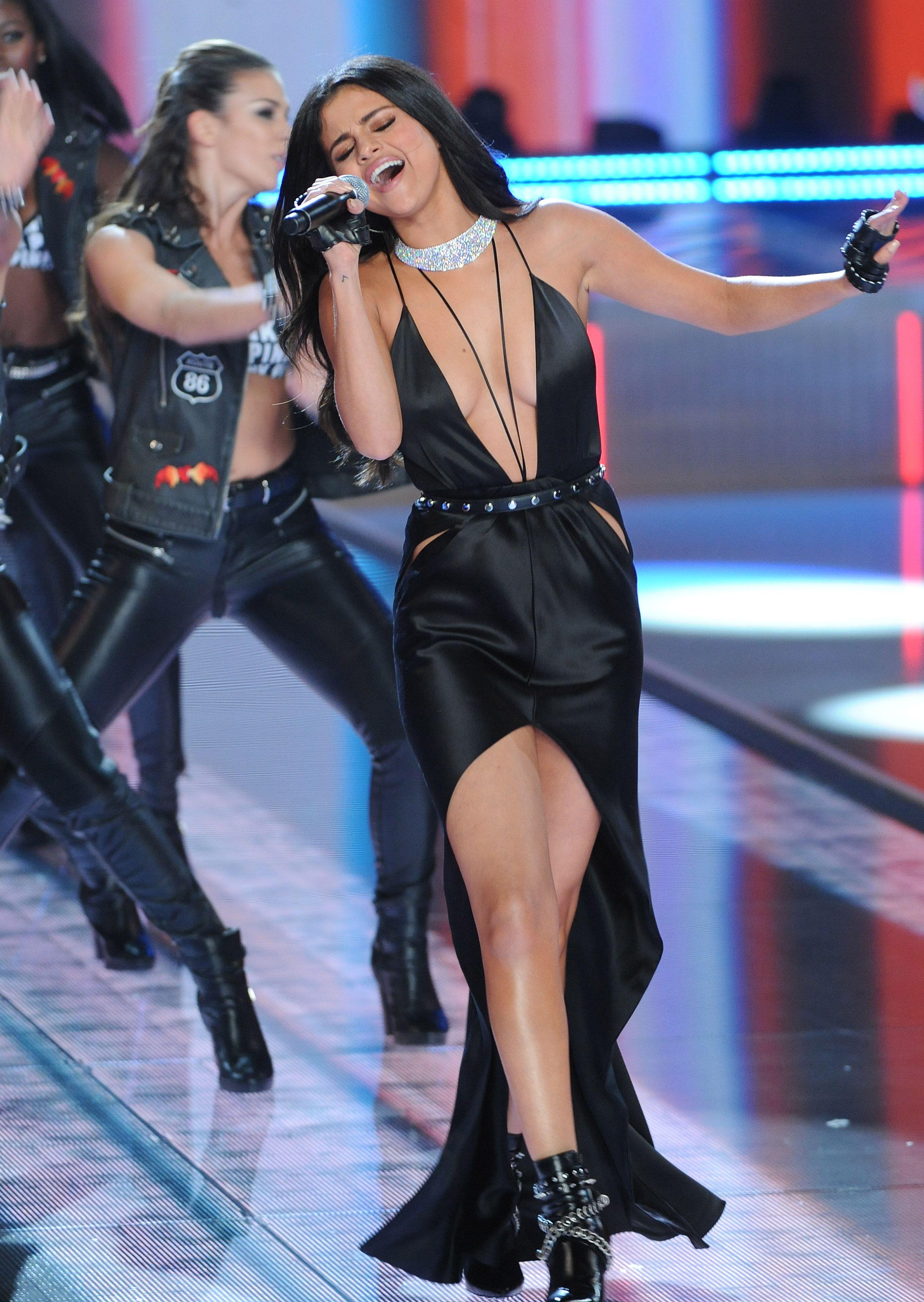 Selena-Gomez-Cleavage-73