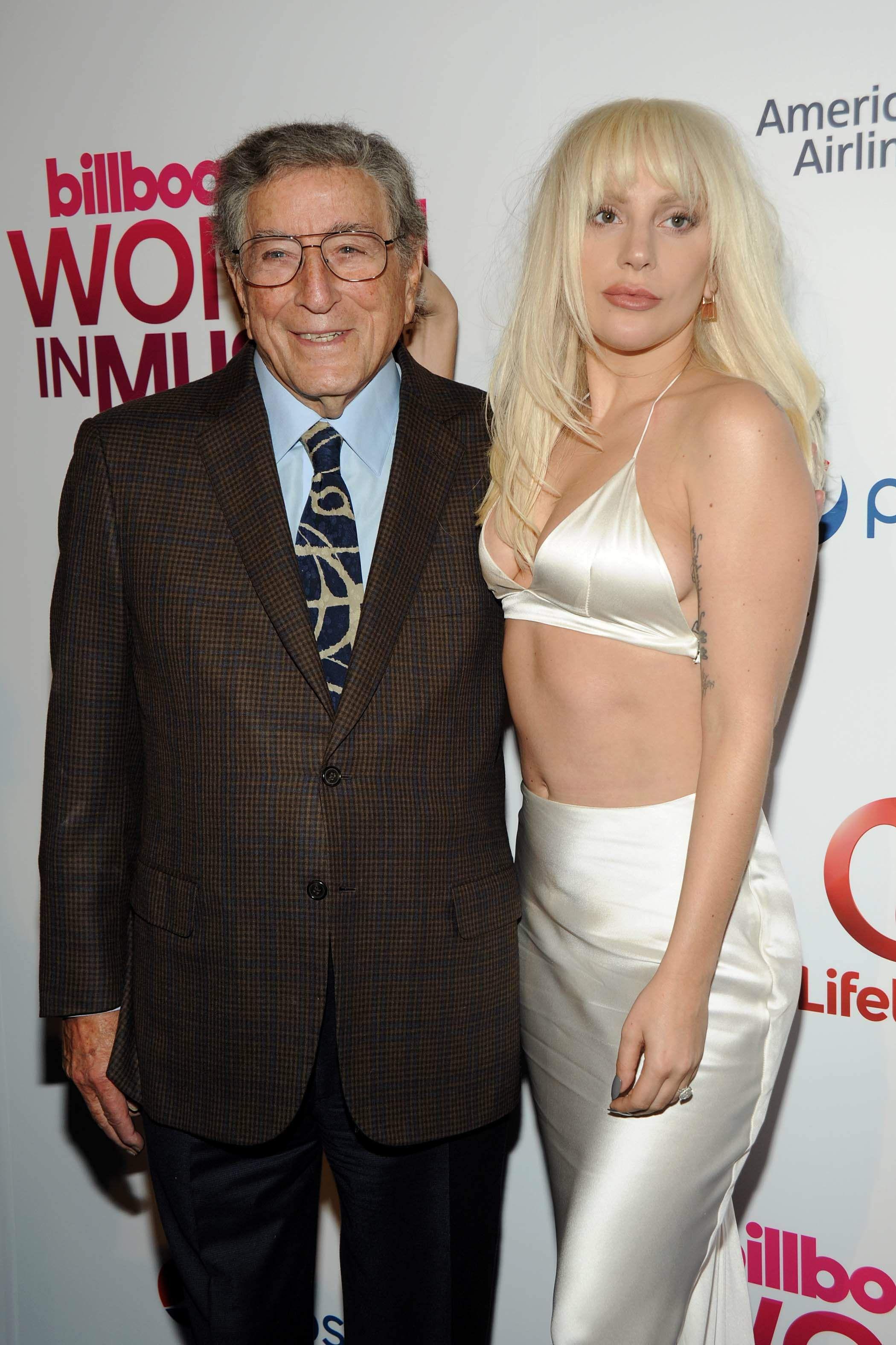 Lady-Gaga-Cleavage-111