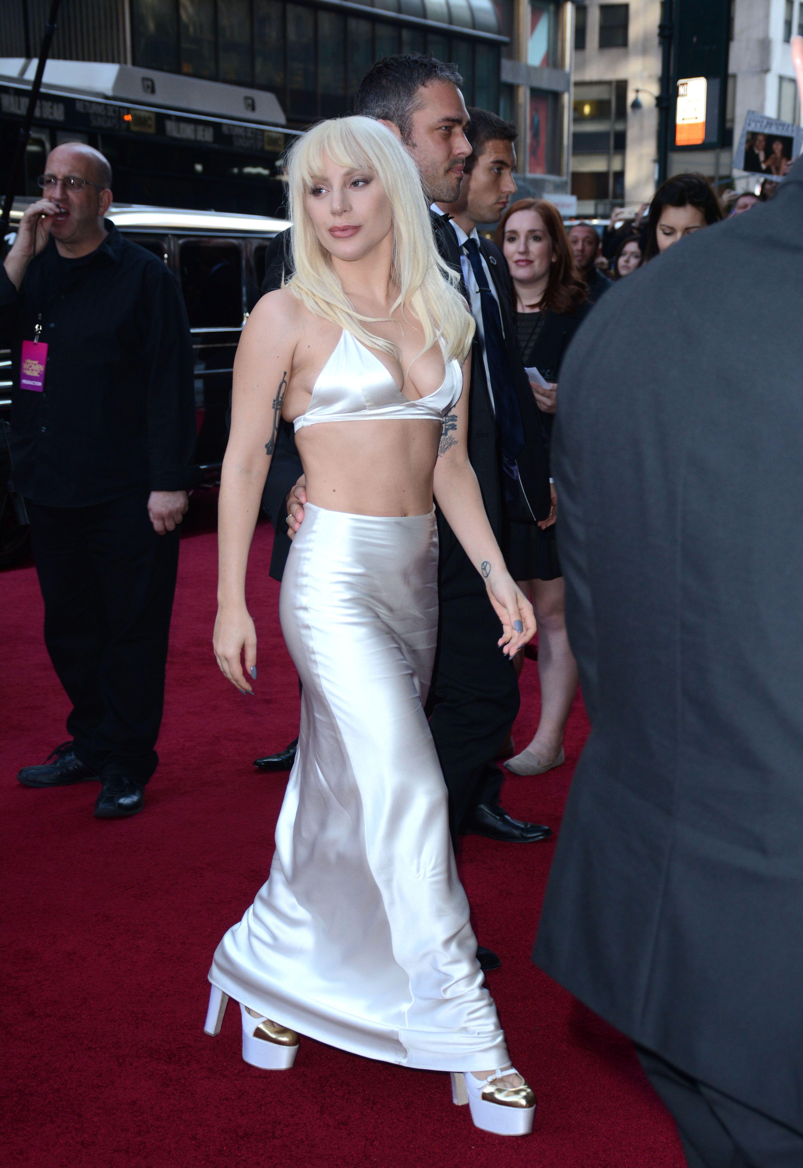 Lady-Gaga-Cleavage-3