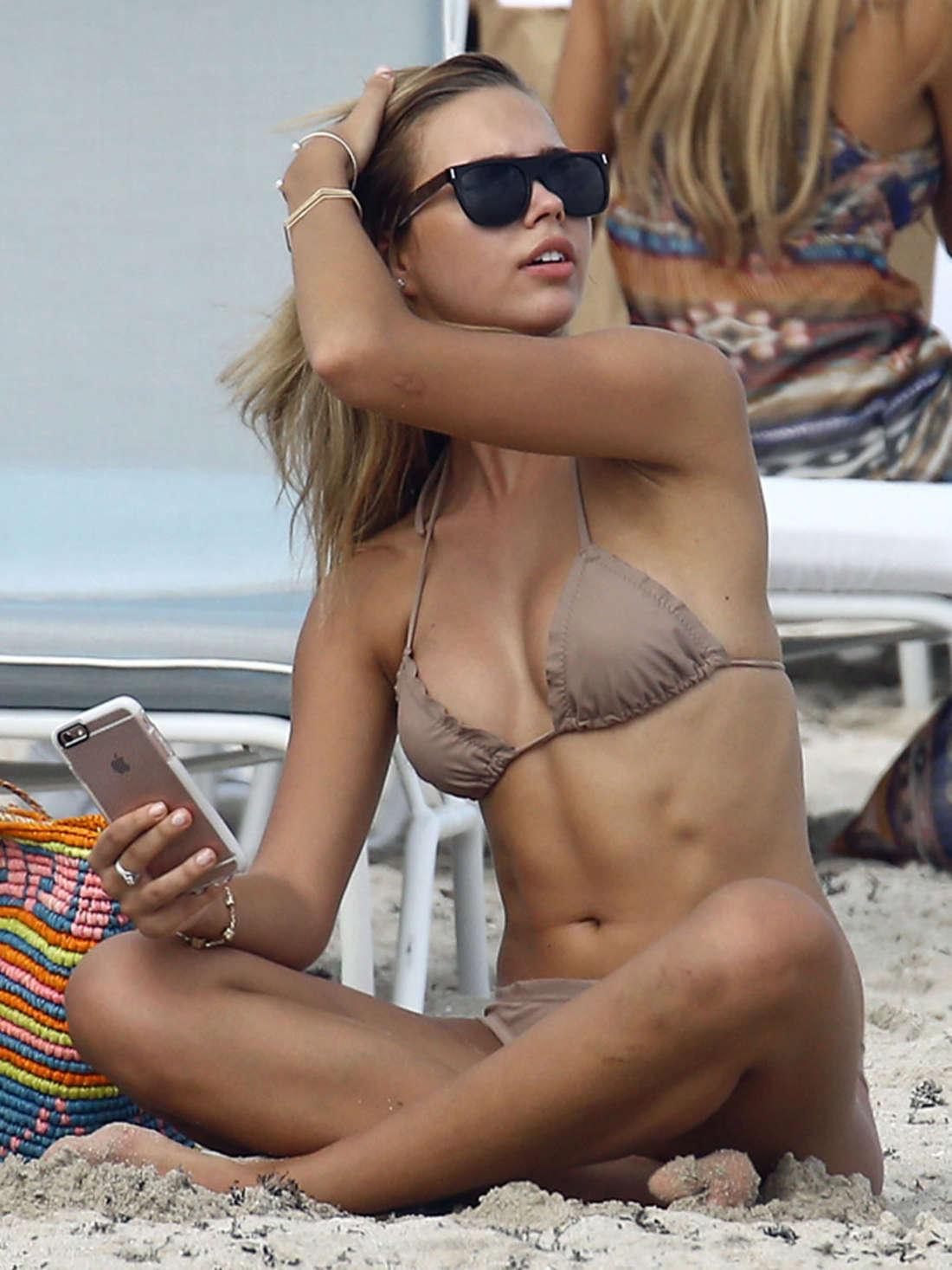 Sandra-Kubicka-in-a-Bikini-8