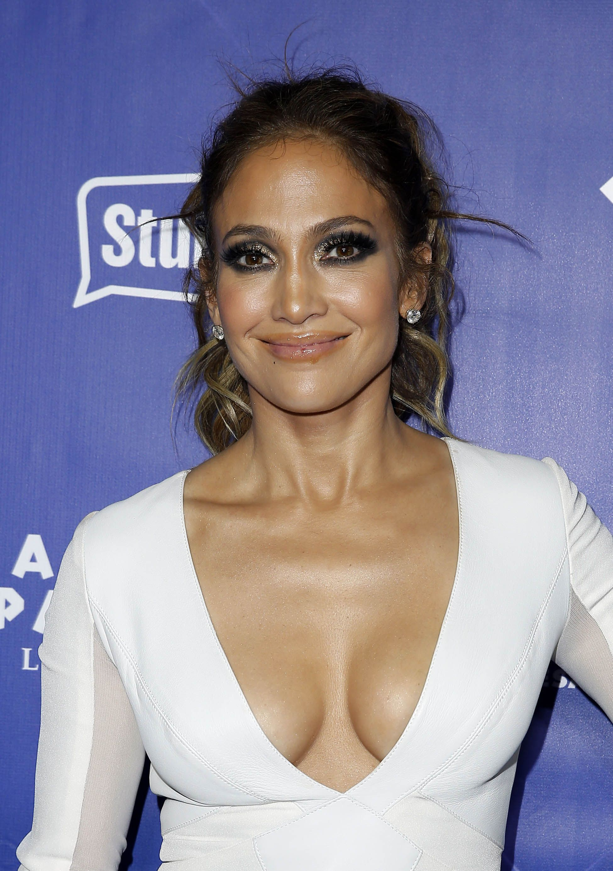Jennifer-Lopez-Cleavage-40