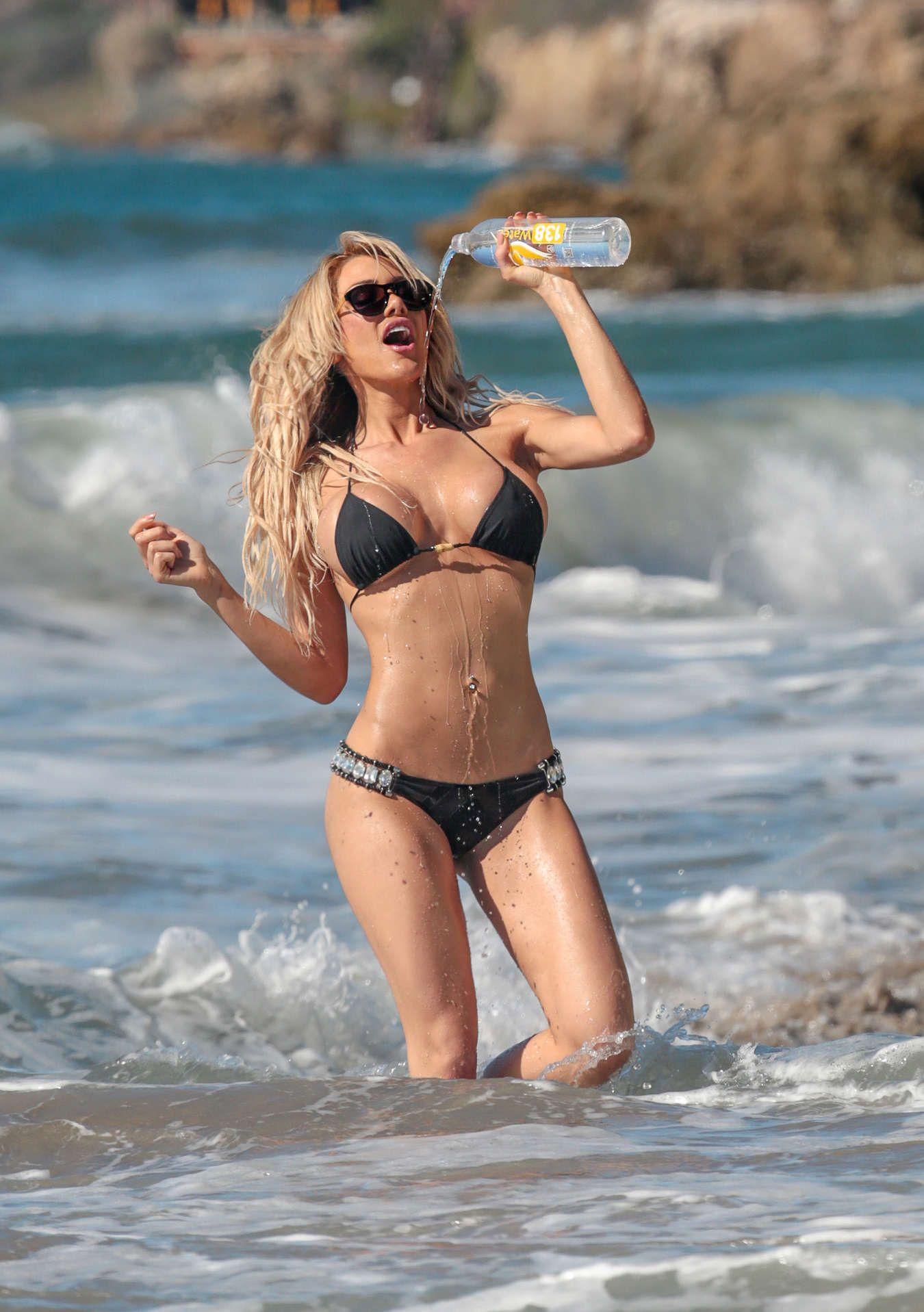 Dalia-Elliott-in-a-Bikini-2