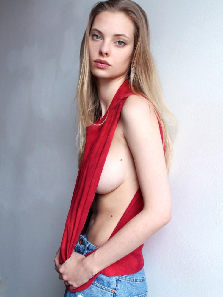 Dioni-Tabbers-Sideboob-2