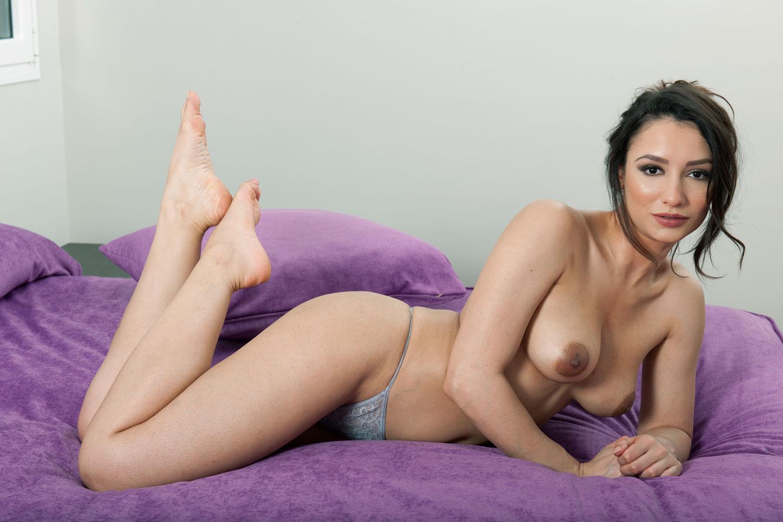 Nicola-Paul-Sexy-and-Topless-2