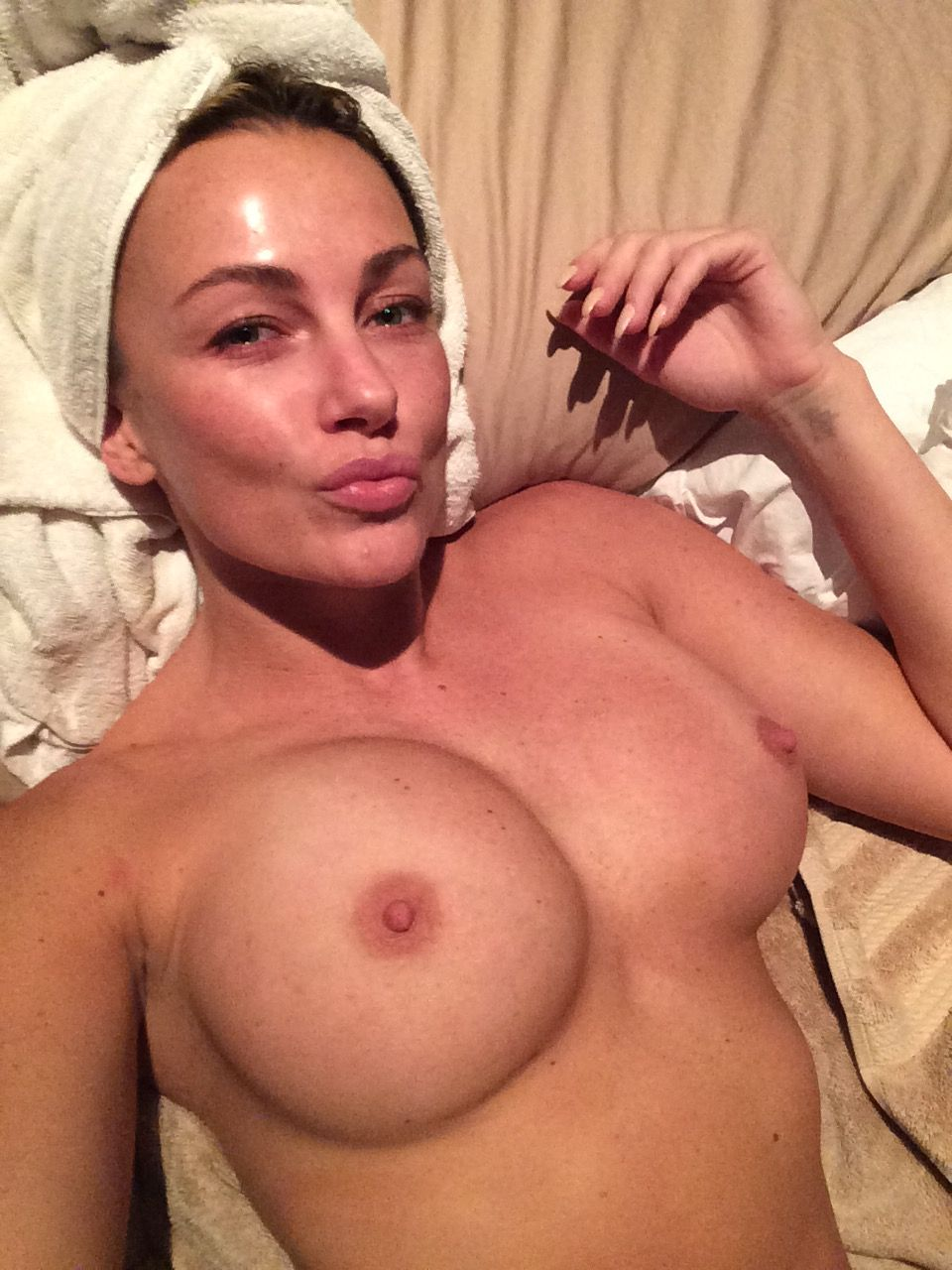 naked (66 photo), Cleavage Celebrity photo